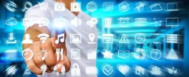 Geschäftsmann unter Verwendung der digitalen Tastschirmschnittstelle mit Netzikone Stockfotos