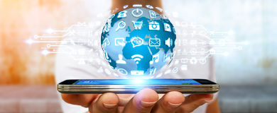 Geschäftsmann unter Verwendung der digitalen Welt mit Netzikonen Lizenzfreie Stockfotos
