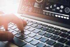 Geschäftsmann unter Verwendung der Laptop-Computers auf Schreibtisch Konzept, das online arbeitet Weinlese-Effekt lizenzfreie stockfotografie