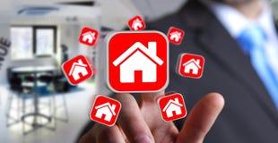 Geschäftsmann unter Verwendung der modernen Anwendung, zum einer Wohnung zu mieten Lizenzfreies Stockbild