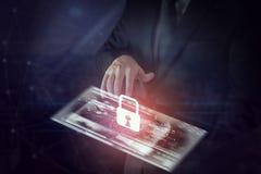 Geschäftsmann unter Verwendung der modernen Schnittstelle online und IkonenschlüsselverschlussNetwork Connection auf Schirm stockbild