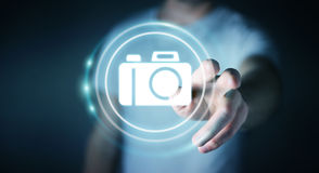 Geschäftsmann unter Verwendung der modernen Wiedergabe der Kameraanwendung 3D Lizenzfreie Stockbilder