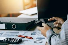 Geschäftsmann unter Verwendung der Smartphoneanmerkung ein zusammenfassender Bericht und eine Analyse lizenzfreies stockfoto