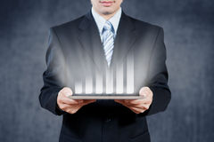 Geschäftsmann unter Verwendung der Tablette mit digitalem Sichtgegenstand, Geschäftsst. Lizenzfreie Stockbilder