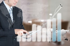 Geschäftsmann unter Verwendung der Tablette mit Technologieschichteffekt, Geschäft Stockfoto