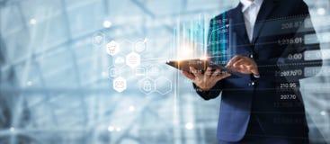 Geschäftsmann unter Verwendung der Tablette Verkaufsdaten-Wachstumsdiagramm analysierend lizenzfreies stockfoto