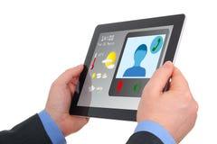 Geschäftsmann unter Verwendung der Tablette zur Videokonferenz. Lizenzfreies Stockbild