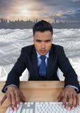 Geschäftsmann unter Verwendung der Tastatur im Meer von Dokumenten unter Himmelwolken und Stadtbildskylinen Lizenzfreie Stockfotos