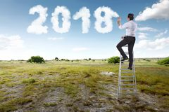 Geschäftsmann unter Verwendung der Treppe und der weißen Sprühwolke mit shap 2018 Lizenzfreie Stockbilder
