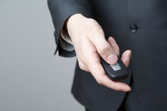 Geschäftsmann unter Verwendung des Autoschlüssels Stockfoto