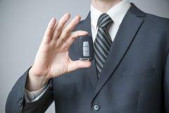 Geschäftsmann unter Verwendung des Autoschlüssels Lizenzfreies Stockbild