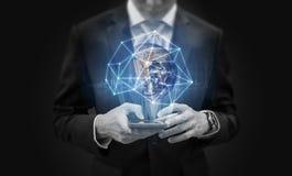 Geschäftsmann unter Verwendung des beweglichen intelligenten Telefons und des globalen Netzwerks und der Datenverbindung Element  lizenzfreies stockfoto