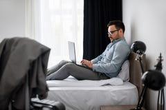 Geschäftsmann unter Verwendung des Computers auf einer Geschäftsreise Reisen für Arbeit Lizenzfreie Stockbilder
