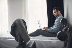 Geschäftsmann unter Verwendung des Computers auf einer Geschäftsreise Reisen für Arbeit Lizenzfreies Stockfoto