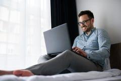 Geschäftsmann unter Verwendung des Computers auf einer Geschäftsreise Reisen für Arbeit Lizenzfreies Stockbild