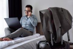 Geschäftsmann unter Verwendung des Computers auf einer Geschäftsreise Reisen für Arbeit Lizenzfreie Stockfotografie