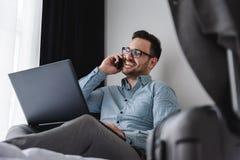 Geschäftsmann unter Verwendung des Computers auf einer Geschäftsreise Reisen für Arbeit Stockfotografie