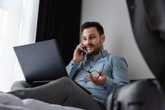 Geschäftsmann unter Verwendung des Computers auf einer Geschäftsreise Reisen für Arbeit Stockfoto