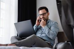 Geschäftsmann unter Verwendung des Computers auf einer Geschäftsreise Reisen für Arbeit Stockbilder