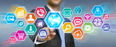 Geschäftsmann unter Verwendung des digitalen Tastikonenschirmes Lizenzfreies Stockbild