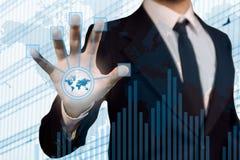 Geschäftsmann unter Verwendung des futuristischen Touch Screen zum conne Lizenzfreie Stockfotografie