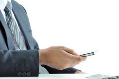 Geschäftsmann unter Verwendung des Handys Stockbilder