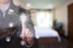 Geschäftsmann unter Verwendung des intelligenten Hauses durch Touch Screen Stockbild