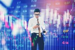 Geschäftsmann unter Verwendung des intelligenten Telefons auf der digitalen Börse finanziell Stockfoto
