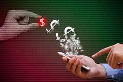 Geschäftsmann unter Verwendung des intelligenten Telefons mit Zahlungsübertragung im Netz, Stockfotos