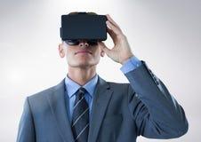 Geschäftsmann unter Verwendung des Kopfhörers der virtuellen Realität Stockbilder