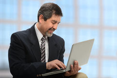 Geschäftsmann unter Verwendung des Laptops Lizenzfreie Stockfotografie
