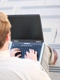 Geschäftsmann unter Verwendung des Laptops stockfotografie