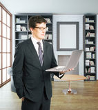 Geschäftsmann unter Verwendung des Laptops im Innenraum Lizenzfreies Stockfoto