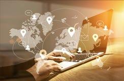 Geschäftsmann unter Verwendung des Laptops mit Netz Lizenzfreie Stockbilder