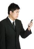 Geschäftsmann unter Verwendung des Mobiles Lizenzfreies Stockbild