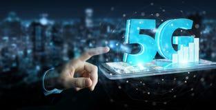 Geschäftsmann unter Verwendung des Netzes 5G mit Wiedergabe des Handys 3D Lizenzfreies Stockbild