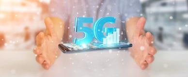 Geschäftsmann unter Verwendung des Netzes 5G mit Wiedergabe des Handys 3D Stockfotografie