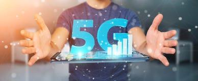 Geschäftsmann unter Verwendung des Netzes 5G mit Wiedergabe des Handys 3D Lizenzfreie Stockfotografie