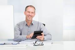 Geschäftsmann unter Verwendung des Rechners Stockbild