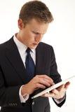 Geschäftsmann unter Verwendung des Screen-Tablettecomputers Stockfotos
