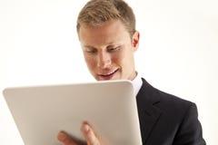 Geschäftsmann unter Verwendung des Screen-Tablettecomputers Stockbilder