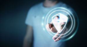Geschäftsmann unter Verwendung des sicheren Schutzes des Schildes, zum seiner Daten 3D zu schützen Lizenzfreies Stockfoto