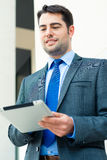 Geschäftsmann unter Verwendung des Tablettecomputers Stockbild