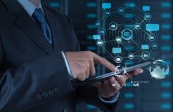 Geschäftsmann unter Verwendung des Tablettencomputerschauinternets und des Sozial-netw Lizenzfreie Stockbilder