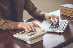 Geschäftsmann unter Verwendung des Telefonkontaktkunden im Büroweinleseton lizenzfreie stockfotos