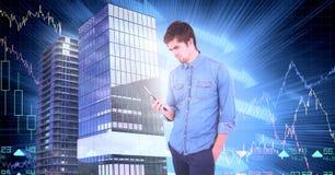 Geschäftsmann unter Verwendung des Telefons und Gebäude mit wirtschaftlichem Skalafinanziellhintergrund Stockfoto