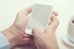 Geschäftsmann unter Verwendung eines intelligenten Telefons stockbild