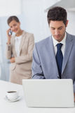 Geschäftsmann unter Verwendung eines Laptops bevor dem Gehen zu arbeiten Lizenzfreie Stockbilder