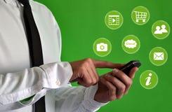 Geschäftsmann unter Verwendung eines Smartphone mit virtuellen Ikonen Lizenzfreies Stockfoto