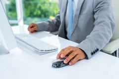 Geschäftsmann unter Verwendung seines Computers Lizenzfreies Stockfoto
